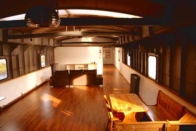 vivre sur l 39 eau dans une p niche habitable. Black Bedroom Furniture Sets. Home Design Ideas